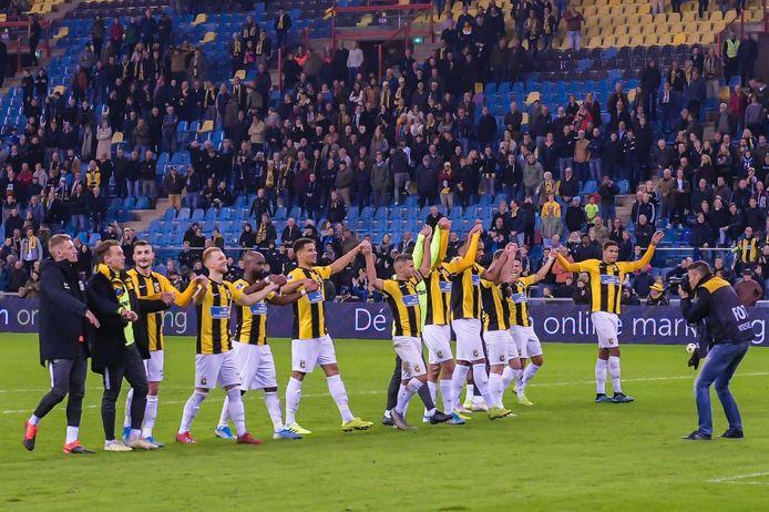 De spelersgroep van Vitesse viert de zege op FC Utrecht in Gelredome.
