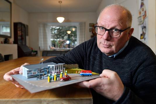 Peter de Groot met zijn model van het benzinestation aan de Kwekersweg in Amersfoort.