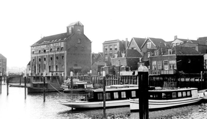 Maartensgat 1939. Met het kolossale graanpakhuis en in de verte pakhuis Vredenburg aan de Bomkade.