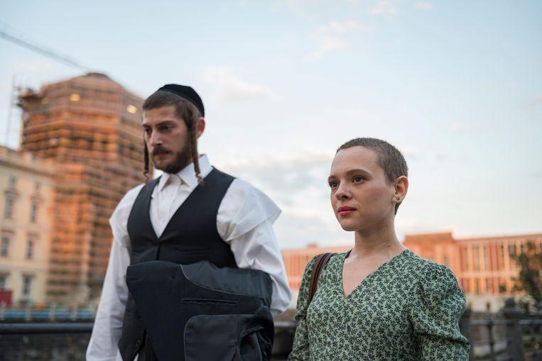 De negentienjarige Esther Shapiro (Shira Haas) naast haar man. Ze vlucht later van New York naar Berlijn. Beeld Anika Molnar/Netflix