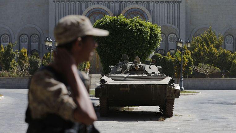 Een Hawthi houdt de wacht bij het Republikeins Paleis in hoofdstad Sanaa.