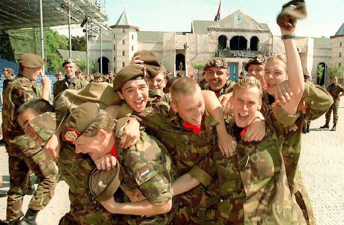 Vreugde bij de afzwaaiende dienstplichtigen op de Trip van Zoudtlandkazerne in Breda op 22 augustus 1996.