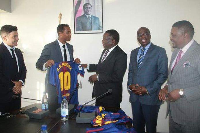 Patrick Kluivert, Edgar Davids en Rayco Garcia met vice-president Emmerson Mnangagwa.