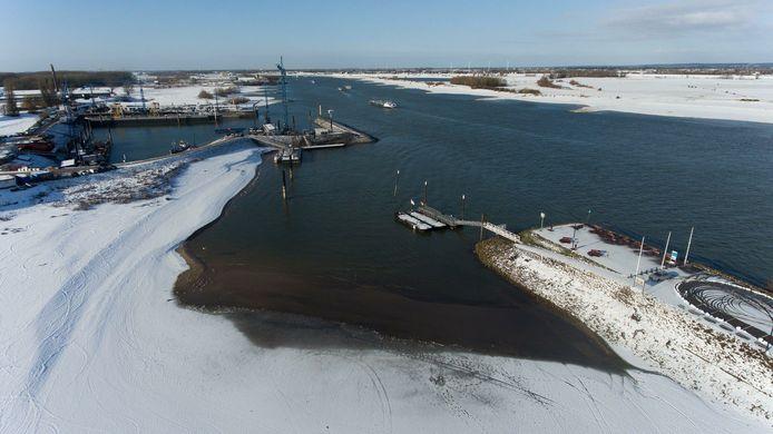 Laag water in Waal bij de haven van Druten.