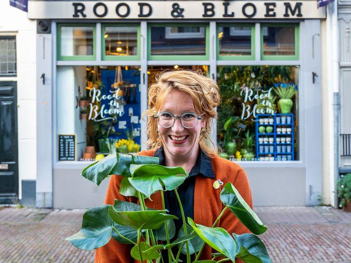 Een dolblije bloemiste Carolien Rutgers, eigenaresse van bloemenwinkel Rood & Bloem aan de Springweg. Ze kreeg te horen  dat ze haar plantjes toch voor de gevel mag zetten.