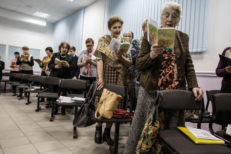 Jehovah's Getuigen komen bijeen in Rostov aan de Don. De foto werd gemaakt voor 2017, toen het Russische hooggerechtshof de organisatie als 'extremistisch' bestempelde en verbood. Beeld Getty Images