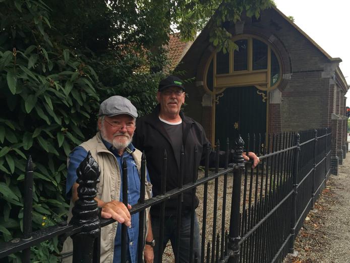Hendrik van Silfhout en Cees van Nieuwenhuize hebben het bijzondere hekwerk langs de joodse begraafplaats in Middelburg gerestaureerd.
