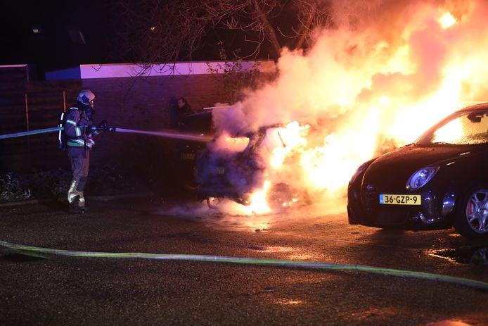 Drie auto's zijn tegelijkertijd in de brand gestoken in Apeldoorn.