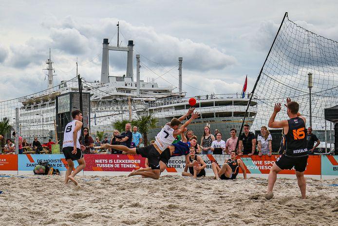 De Nederlandse beach-handballers in actie op Beachveld de Kaap