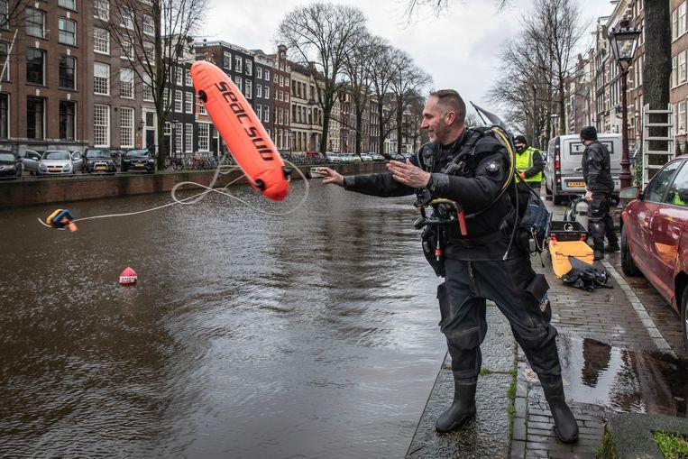 Martijn Hendriks van Gevonden-Verloren begint zijn zoektocht in de Herengracht. Beeld Dingena Mol