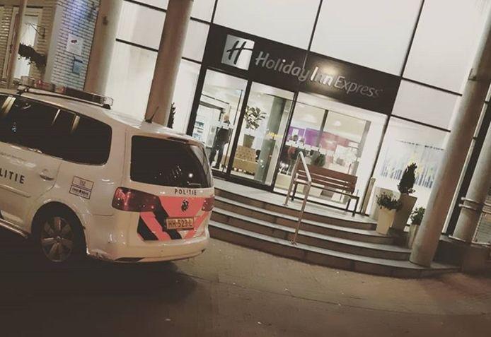 De politie bij het Arnhemse hotel.