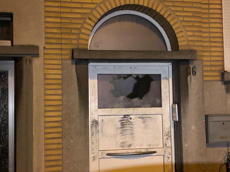 De ruit waardoor het explosief mogelijk naar binnen werd gegooid. Beeld Marc De Roeck