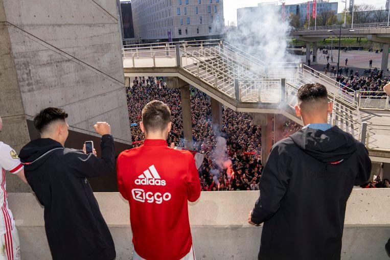 Na afloop van de gewonnen wedstrijd tegen AZ vierden de spelers en de Ajax-staf al een officieus feestje vanaf een balkon bij de Arena, waarop enkele honderden supporters afkwamen. Beeld Jasper Ruhe/Ajax Images