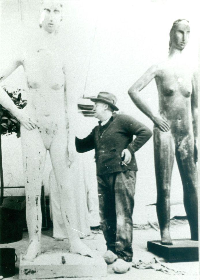 De bewuste foto van Constant Permeke in zijn atelier.
