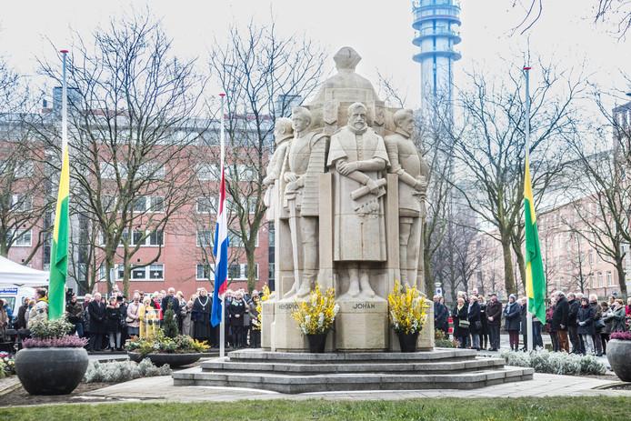 Herdenking bombardement Bezuidenhout bij het monument Juliana van Stolberglaan.