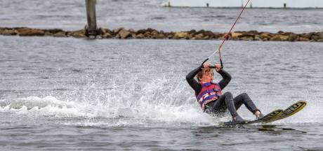 Noord-Bevelandse jeugd maakt kennis met waterskiën: 'Die bochten blijven lastig'