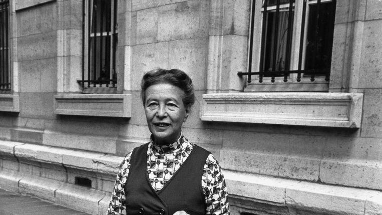 Simone de Beauvoir in 1971 in Parijs. Beeld null