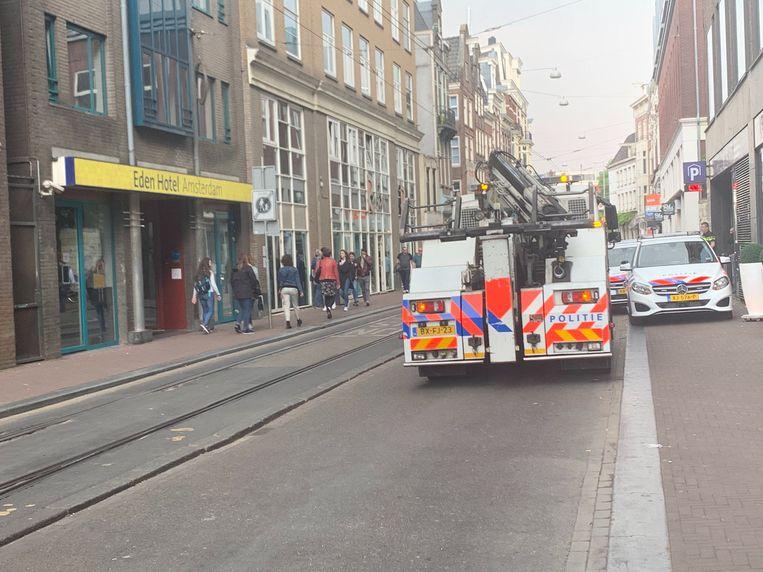 Politieonderzoek in mei 2019, nadat Orpheo Gefferie 's nachts werd doodgeschoten in de parkeergarage aan de Amstelstraat. Beeld Raounak Khaddari.