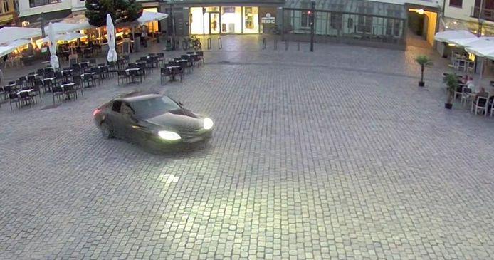 De auto op het verkeersvrije marktplein.