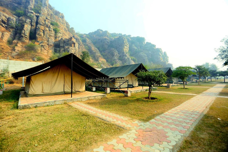 Op het eerste gezicht valt de camping aan de rand van een voorstad van Delhi best nog wel mee.  Beeld rv