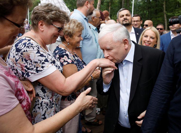 PiS-leider Jaroslaw Kaczynski en één van zijn fans tijdens een campagnebijeenkomst in het Poolse Stalowa Wola. Beeld REUTERS