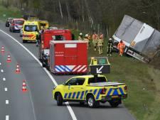 Vrachtwagen belandt in sloot op A1 bij De Lutte