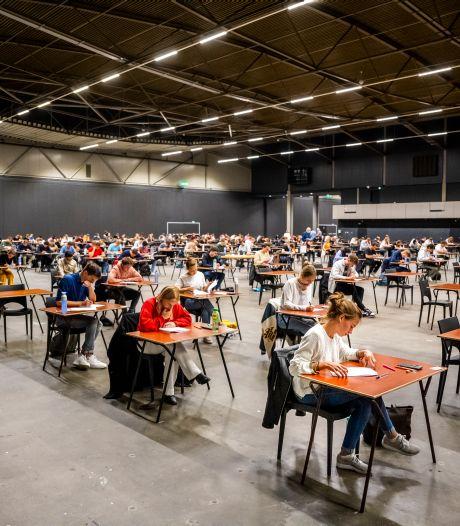Eindelijk weer een 'normaal tentamen': 1300 studenten met een pen en knisperend papier in Ahoy
