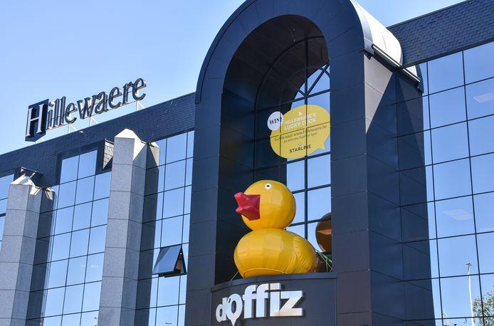 De Lucky Duck-wedstrijd wordt aangekondigd met een reusachtige eend aan het hoofdkantoor van Hillewaere Vastgoed.