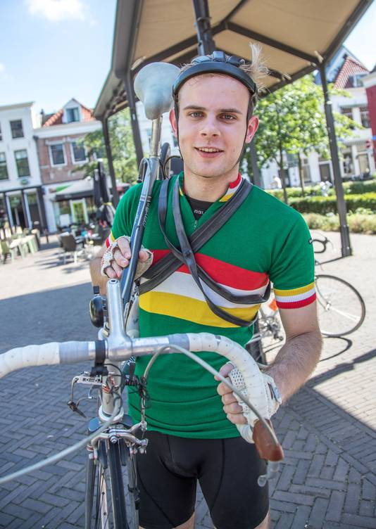 Roy Brinkhof met de fietsbanden om de nek en een antieke valhelm op zijn hoofd.
