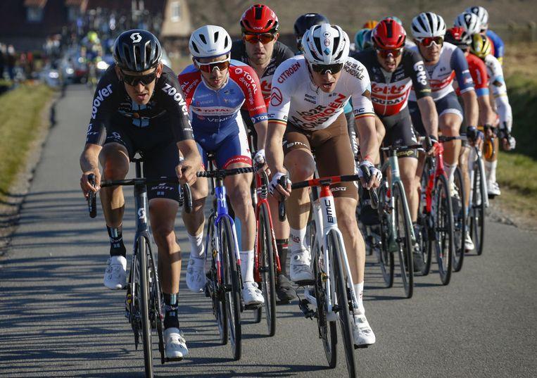 Tiesj Benoot (links) draait mee in de kopgroep tijdens Kuurne-Brussel-Kuurne. Beeld Photo News