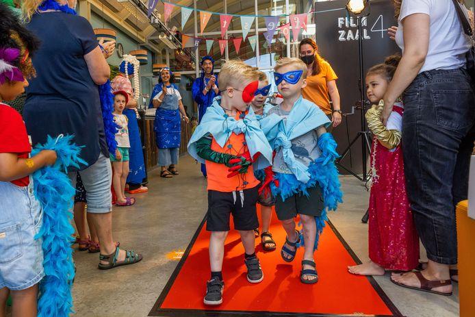 Knippen in gordijnen en uitbundig verkleden en daarna over de catwalk tijdens het Mooie Kinderboekenfestival in de Verkadefabriek.