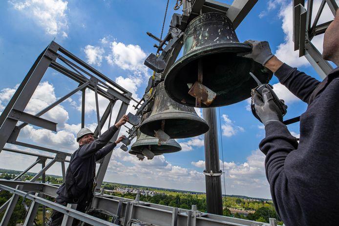 Demontage van het carillon van de voormalige Lips-fabriek in Drunen.