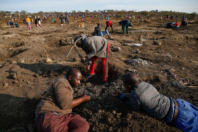 Inwoners van Ladysmith, Zuid-Afrika, zijn massaal aan het graven geslagen nadat een herder vorige week kristallen op dit terrein aantrof, die lijken op diamanten. Of er daadwerkelijk van diamant sprake is, blijft nog even onzeker. Maar het graven gaat voorlopig door.  Beeld AFP