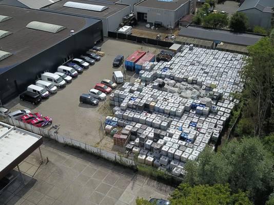 De ruim 1300 vaten met giftig blusschuim vanuit de lucht gezien. Foto: DG