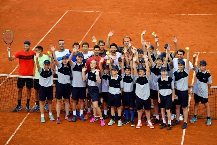 Djokovic, Krajinovic, Zverev, Dimitrov, Thiem  poseren met de ballenjongens- en meisjes. Beeld AFP