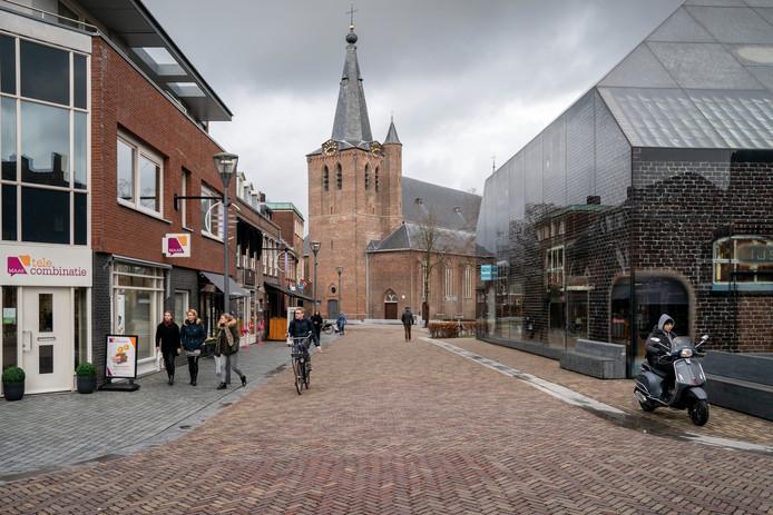 De Schijndelse St. Lambertuskerk met rechts de glazen boerderij.