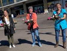 Winkeliers van Winkelcentrum Anklaar in Apeldoorn delen honderden bossen tulpen uit