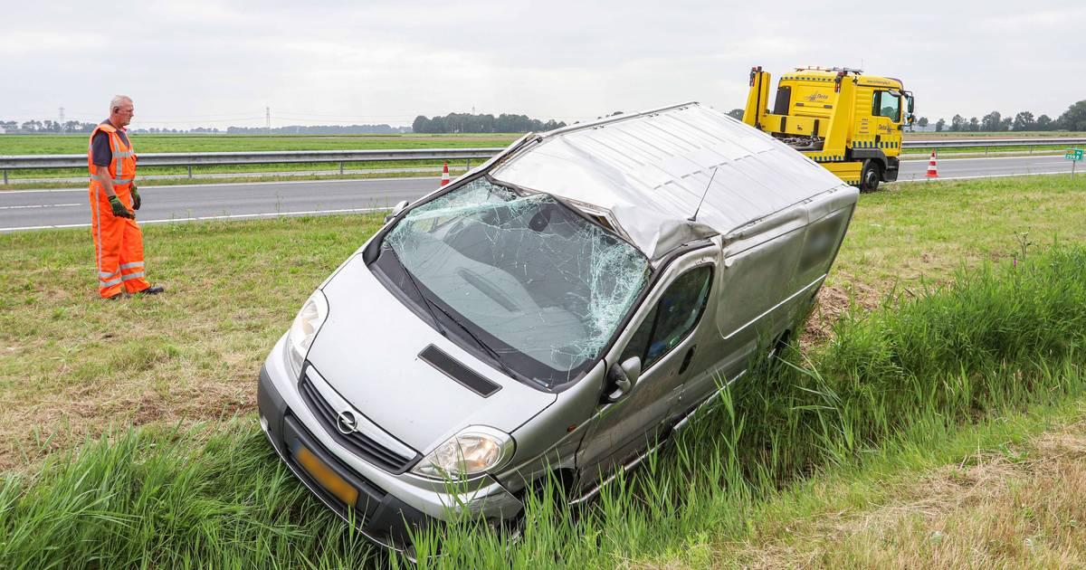 Bestelbusje slaat over de kop en belandt in sloot bij botsing N50, bestuurder ongedeerd.