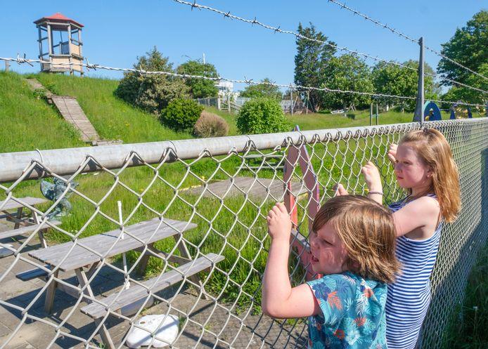 Kinderen hangen buiten aan het hek; ze staan al maanden te trappelen om zich te vermaken in speeltuin Oude Stad, nabij de Vlissingse binnenstad.