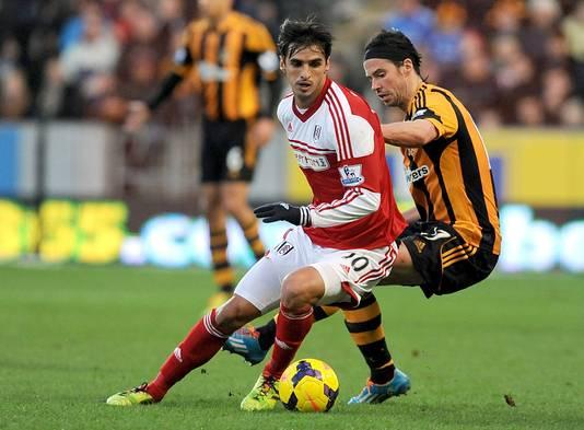 Bryan Ruiz aan de bal voor Fulham.