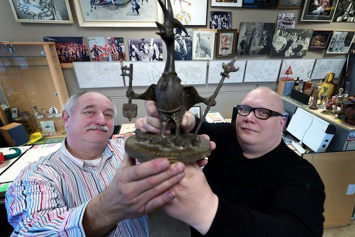 Michel Wouters (l.) en Iwan van Strien zijn op zoek naar de bronzen Tullepetoanen zoals op de Markt.