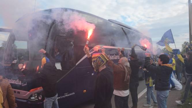 Honderden supporters geven spelers Waasland-Beveren warm onthaal, maar nadien volgt koude douche