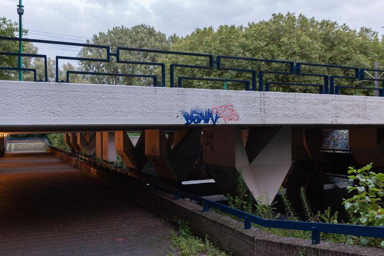 Op zaterdag 7 augustus zochten we brug 805 over het Gijsbrecht van Aemstelpark uit 1962, ontworpen door architect Dirk Sterenberg, in 2018 vernoemd naar Gwijde van Henegouwen (1253-1317). Deze Bisschop van Utrecht stond boven Gijsbrecht van Aemstel, wat wordt gesymboliseerd met deze brug. Winnaar van het jaarabonnement op Ons Amsterdam is Lise Mathol. Beeld Nina Schollaardt