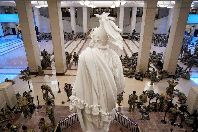 Leden van de Nationale Garde verzamelen zich in de hal van het Capitool.