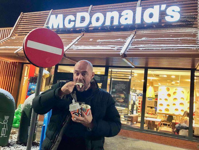 Na zijn teleurstelling zocht Serge troost in 2 McFLURRY's van McDonalds.