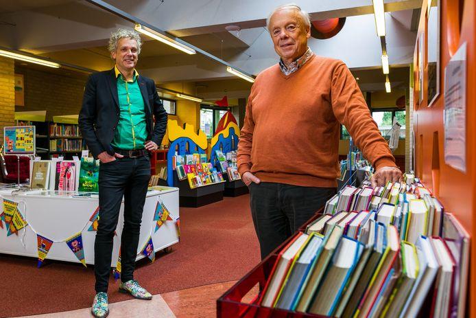Sergei Versteeg en Henk Willems in de bibliotheek in Drunen.