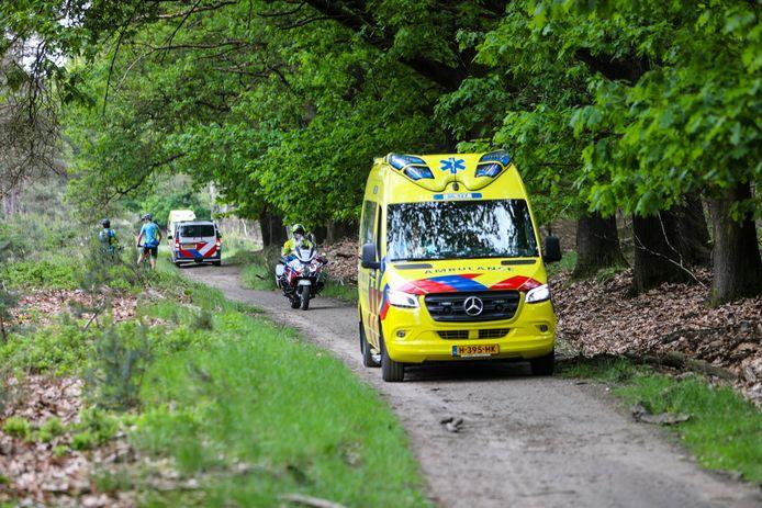 Hulpdiensten rukten zondagmiddag uit voor een mountainbiker die in het bosgebied bij Loenen ten val kwam.