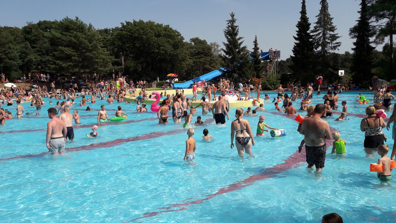 De chloorbaden van het Staalbergven zijn popuairder dan het natuurwater.