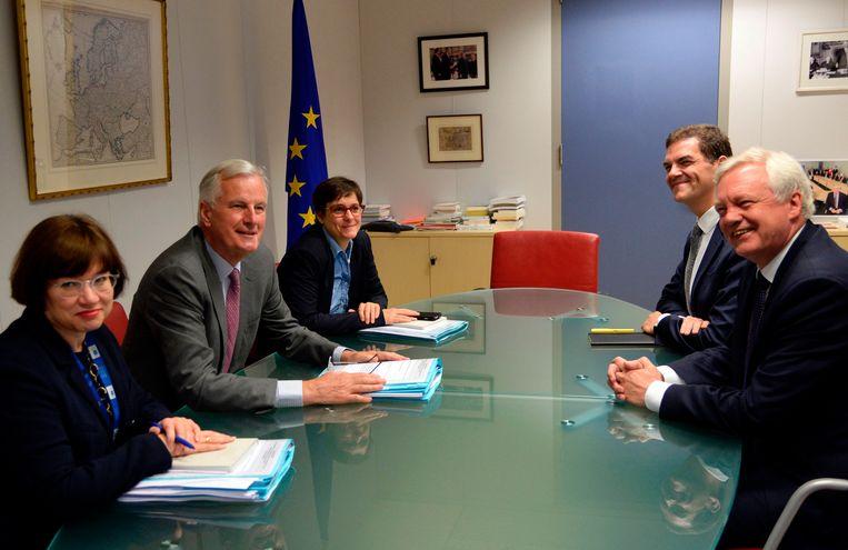 De Europese hoofdonderhandelaar voor de brexit Michel Barnier (links) en de Britse brexitminsiter David Davis (rechts) tijdens een meeting.  Beeld AFP