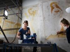 Afbrokkelende schilderingen kerk Buurmalsen gered: 'Ze hebben eeuwen onder een kalklaag gezeten'